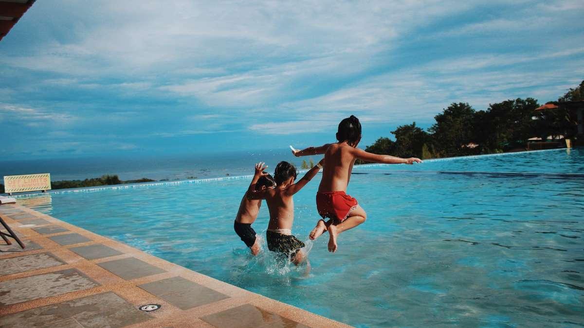 Los más pequeños son los que más disfrutan en la piscina la llegada del buen tiempo