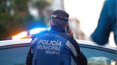 Imagen de archivo de un policía municipal de Madrid comunicándose por teléfono. (Foto: Europa Press)