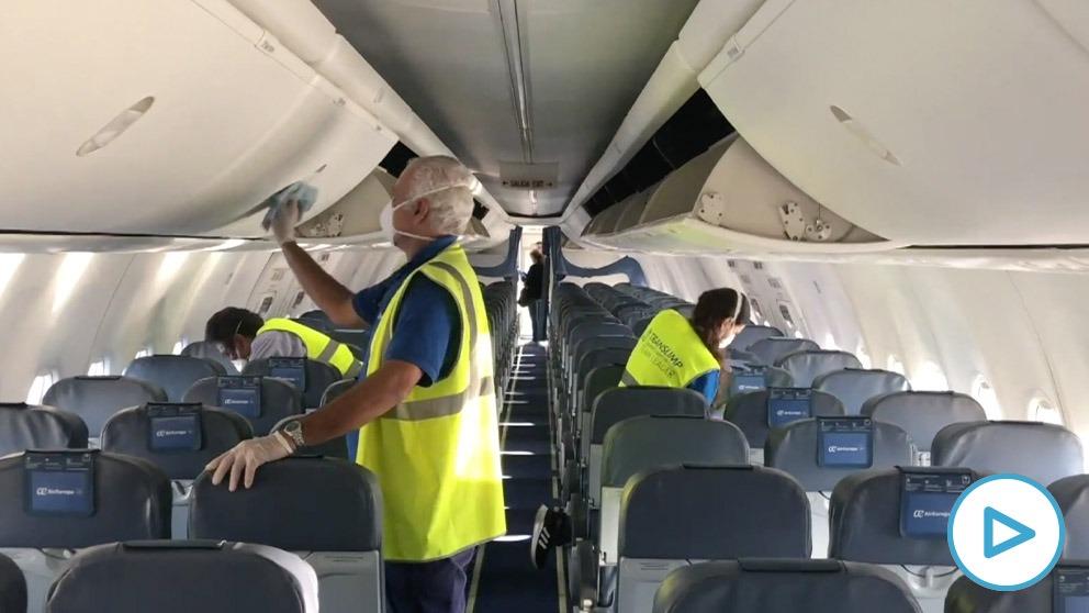 Limpieza de un avión previa a un vuelo.