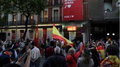 Cacelorada frente a la sede de Ferraz al grito de «¡Sánchez, dimisión!». (Foto: EFE)