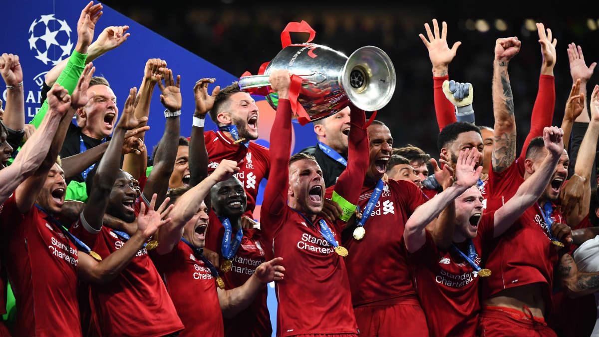 Los jugadores del Liverpool levantan la Champions en Madrid. (AFP)