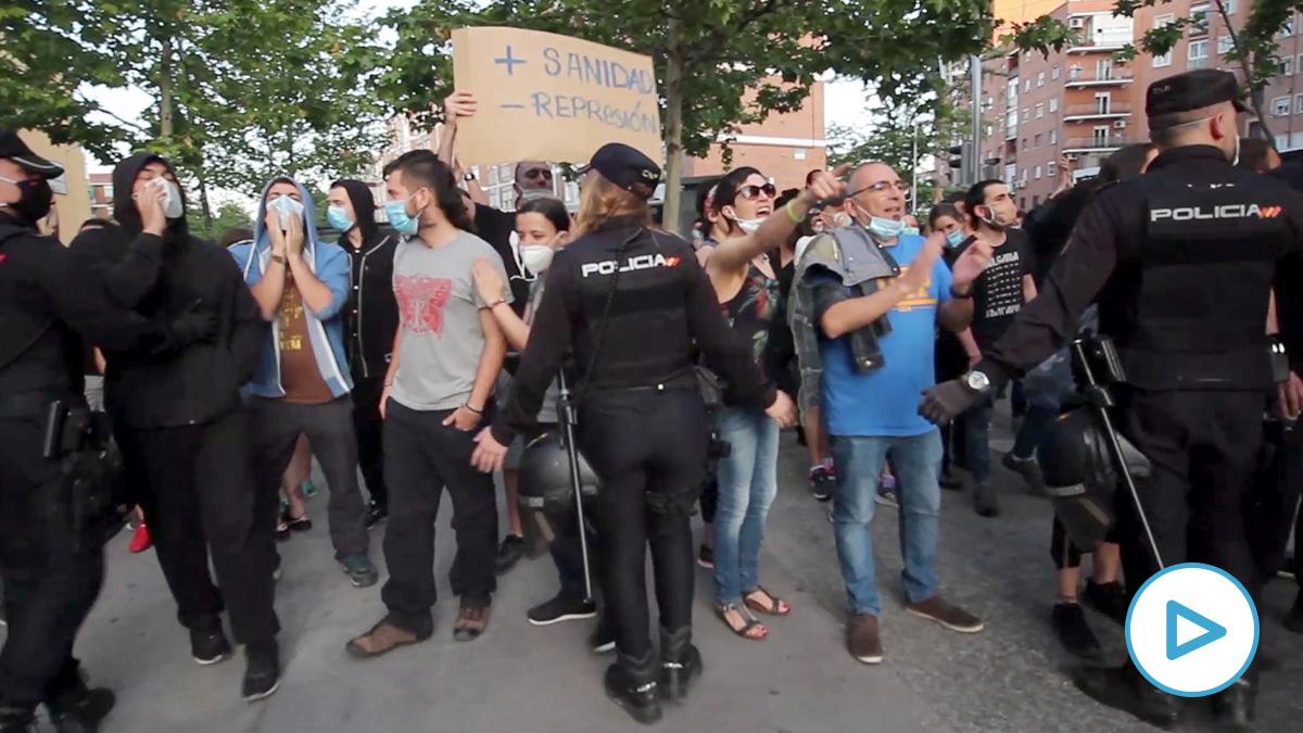 La Policía impide los enfrentamientos en Carabanchel. (N. Moreira)