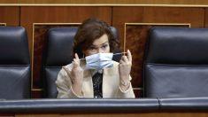 La vicepresidenta primera, Carmen Calvo, en su escaño del Congreso con mascarilla. (Foto: Europa Press)