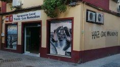 Pintadas aparecidas en la sede del PSOE de Triana.
