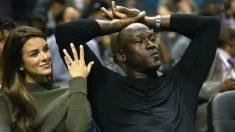 Michael Jordan y su esposa, Yvette Prieto, en un partido de Charlotte. (Getty)