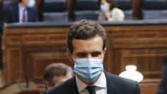 El líder del Partido Popular, Pablo Casado, asistiendo al hemiciclo del Congreso de los Diputados con mascarilla. (Foto: Europa Press)