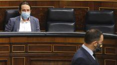 El líder de Vox, Santiago Abascal, pasa delante del escaño del vicepresidente del Gobierno, Pablo Iglesias. (Foto: EP)