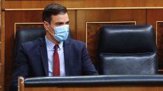 El presidente del Gobierno, Pedro Sánchez, sentando en su escaño del Congreso con mascarilla. (Foto: Europa Press)