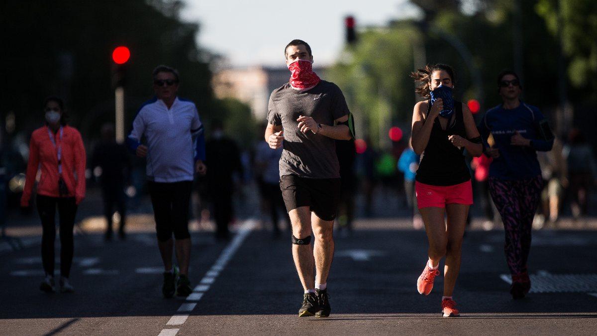 Varias personas protegidas con mascarillas sanitarias hacen deporte. Foto: EP