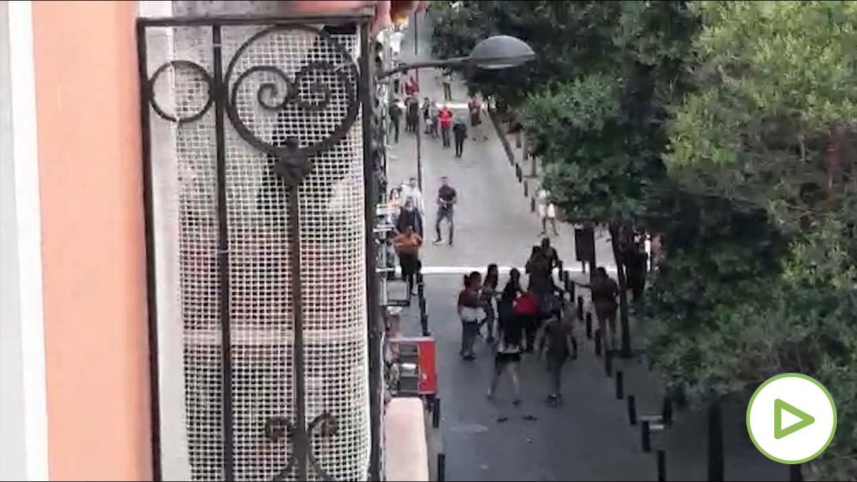Mujeres se increpan y se enzarzan en plena calle en el barrio madrileño de Tetuán.