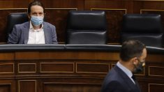 El presidente de Vox, Santiago Abascal, pasa delante del escaño del vicepresidente Pablo Iglesias. Foto: EP