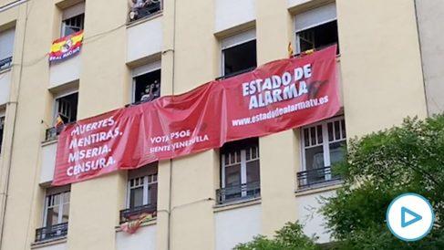 La pancarta desplegada ante la sede del PSOE en Ferraz.