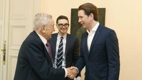 George Soros saluda al canciller austriaco Sebastian Kurz