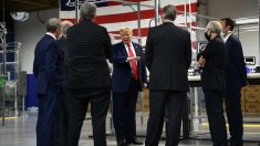 Donald Trump, sin mascarilla, rodeado de gente con mascarillas durante su visita a la fábrica norteamericana de Ford. Foto: AFP
