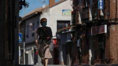 Una mujer protegida con mascarilla anda por una calle del pueblo madrileño de Algete. Foto: EP