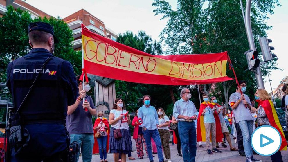 Pancarta con el lema 'Gobierno dimisión' por la que fue identificada policialmente la familia Del Prado.