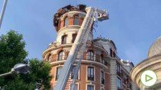 Bomberos aseguran el edificio tras derrumbarse la cúpula.