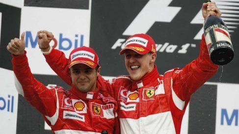 Massa y Michael Schumacher celebran un triunfo de Ferrari. (Getty)