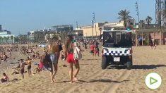 La guardia urbana tiene que desalojar las playas de Barcelona por la gran afluencia de público