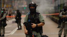 Un agente antidisturbios chino vigila una calle de Hong Kong. Foto: EP