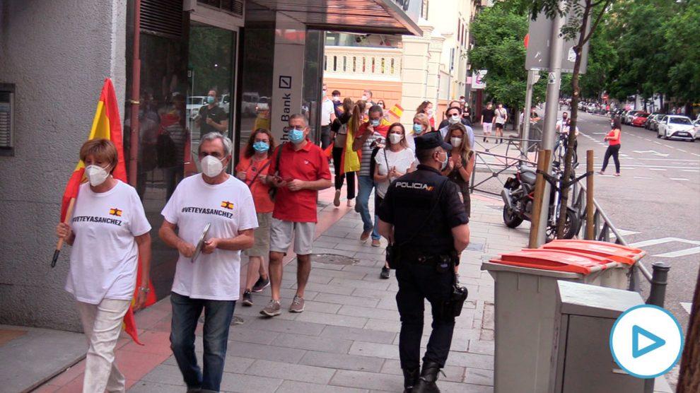 Manifestantes en la calle Ferraz.