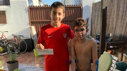 Francis, alevín del Sevilla, y su amigo Hugo.