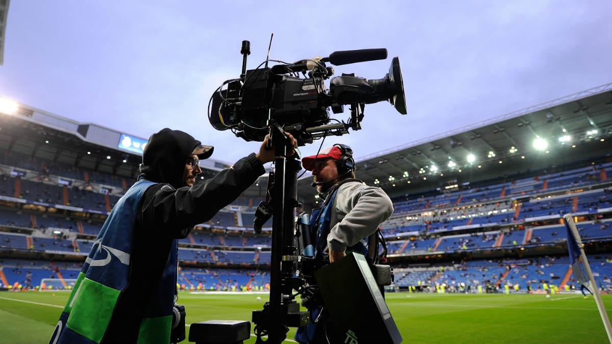 Las cámaras graban un partido en el Bernabéu.