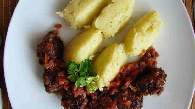 Carne de cerdo en salsa con hummus de patata