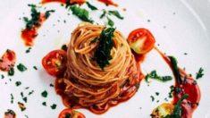 Espaguetis con salsa cremosa de tomate y jalapeños