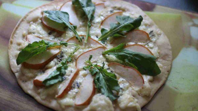 Pizza con pera y menta