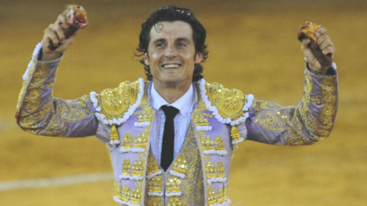 Ruiz Manuel celebrando su triunfo al ganar dos orejas.