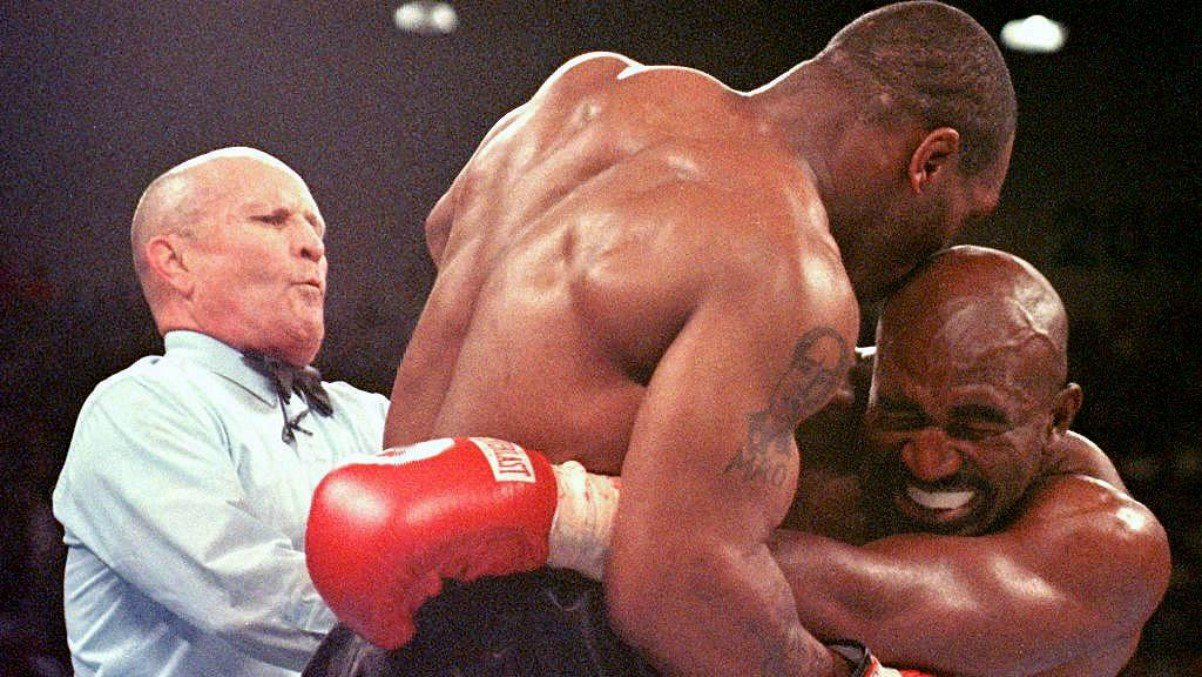 Mike Tyson y Evander Holyfield. (AFP)