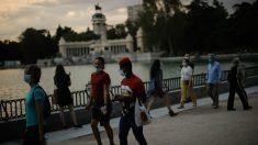 Ciudadanos pasean por Madrid. (Getty)