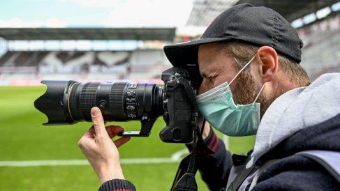 Un fotógrafo, en un partido de la Bundesliga a puerta cerrada. (Getty)