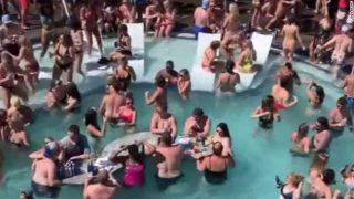 Fiesta multitudinaria en la piscina del Lago Ozarks en Missouri
