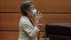 La presidenta de RTVE, Rosa María Mateo, con mascarilla a su llegada a la Comisión Mixta de Control Parlamentario de la Corporación RTVE. (Foto: Jesús Hellín : Europa Press)