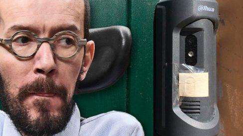 Pablo Echenique junto a la cámara de seguridad de su nueva vivienda de Fuencarral (Madrid).