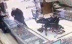 Twitter: Un hombre sordomudo y sin brazos atraca una joyería a punta de pistola