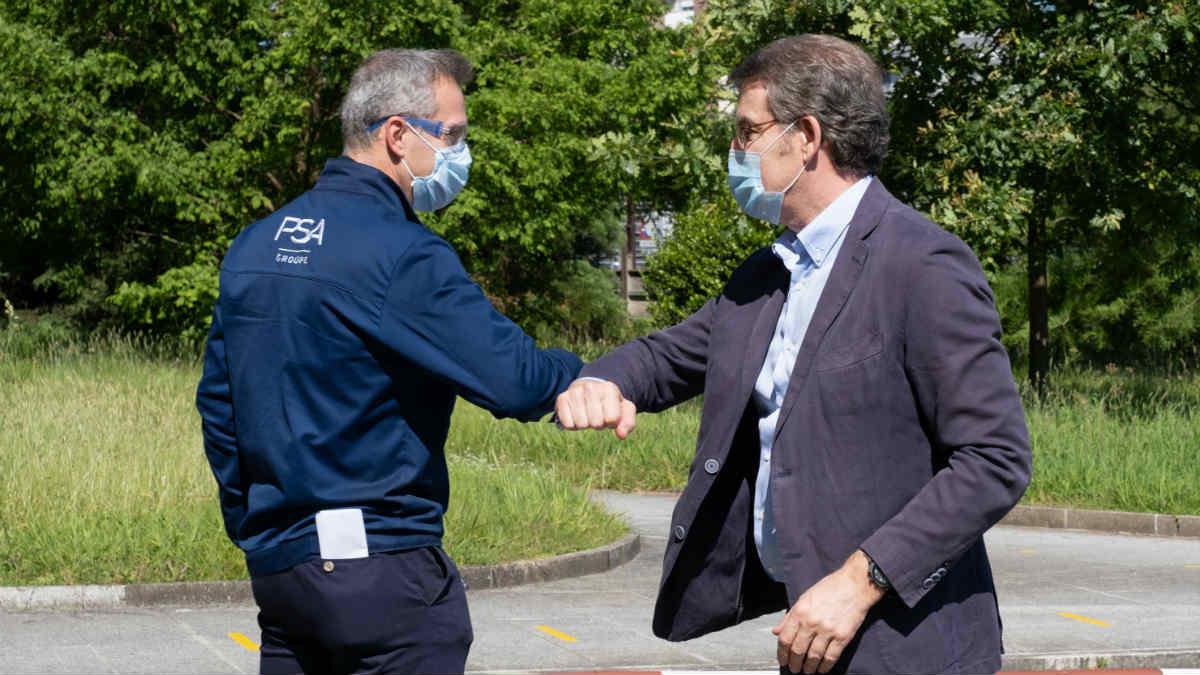 Ignacio Bueno, director de la fábrica de PSA en Vigo, choca los codos con Alberto Núñez Feijóo, presidente de la Xunta de Galicia
