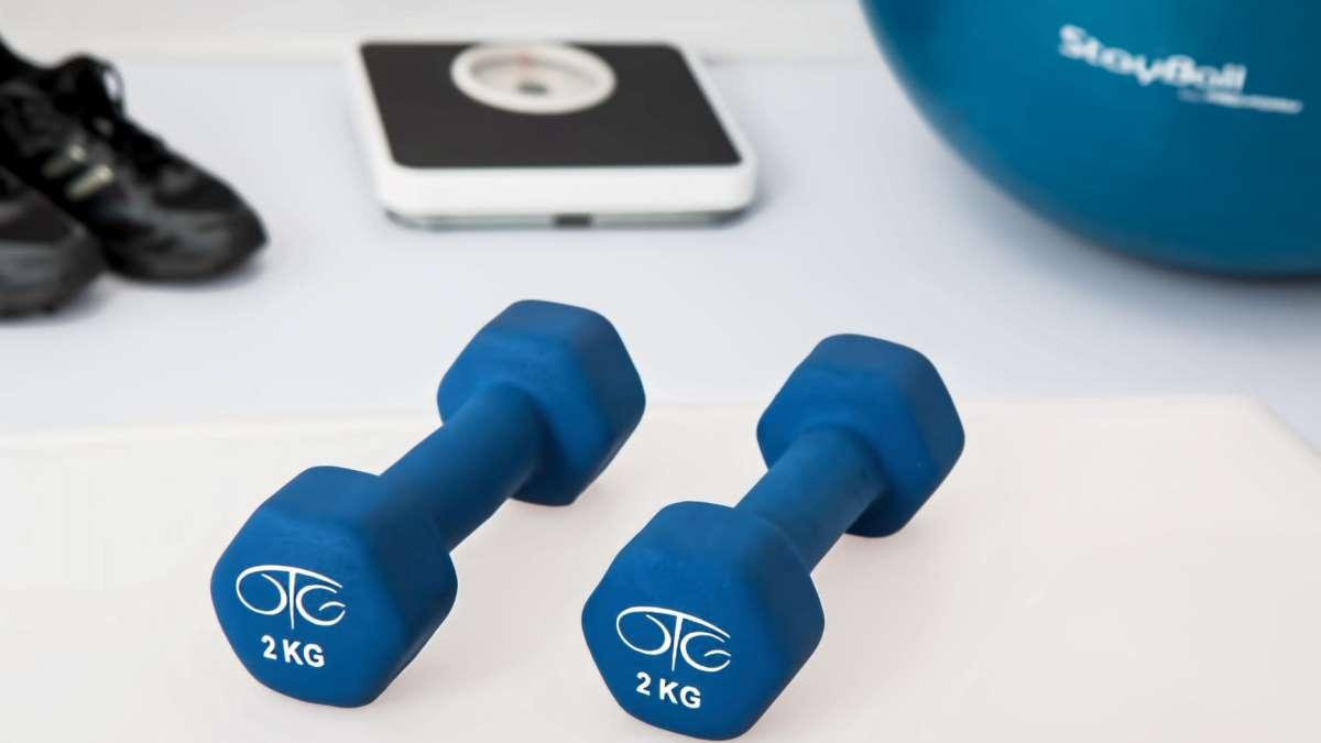 Las mancuernas son todo un clásico para realizar ejercicios con pesas en casa