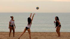 Unas chicas jugando con la pelota en una playa. Foto: EP
