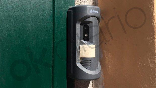 Cámara de videovigilancia que Echenique tiene colocada en la puerta de su domicilio.