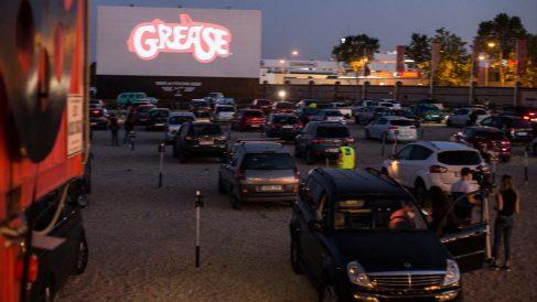 arias personas ven la película de Grease desde el aparcamiento durante la apertura del Auto-Cine RACE con las medidas de seguridad dictadas por el Gobierno de España durante la pandemia Covid-19. Foto: EP