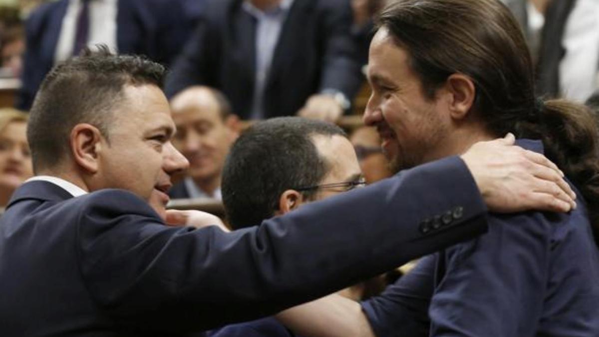 Juan Antonio Delgado Ramos con Pablo Iglesias en el Congreso (EFE).