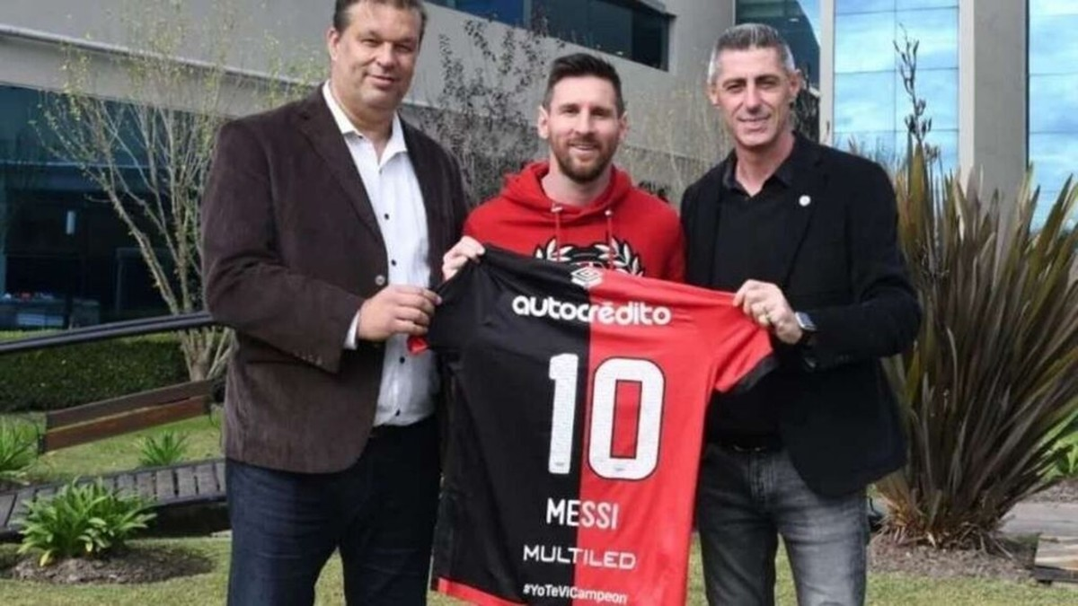 Leo Messi posa con una camiseta de Newell's Old Boys.