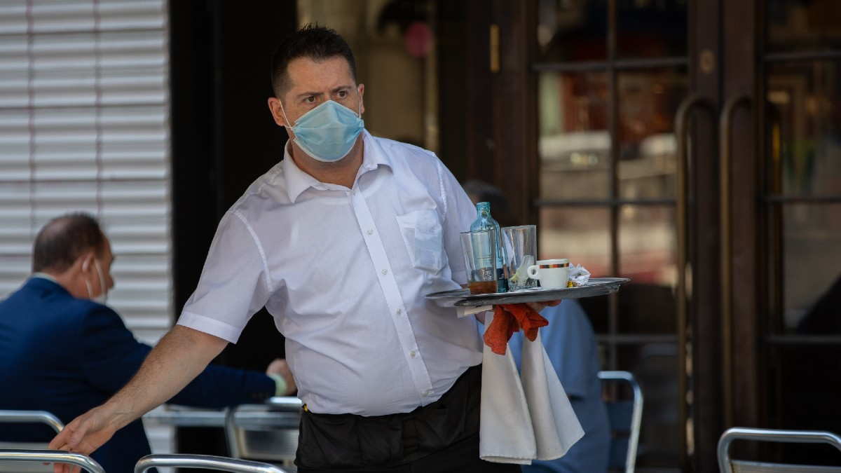 Un camarero en una terraza en Barcelona (Europa Press).