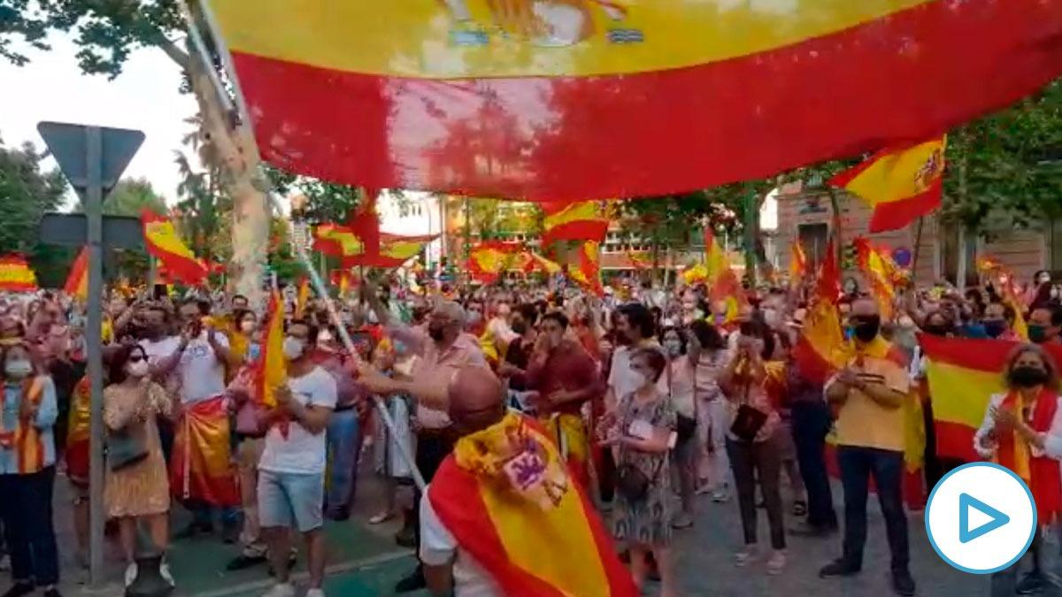 Cientos de ciudadanos homenajean a la Guardia Civil en Sevilla.