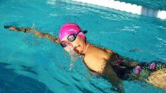 Bañista haciendo deporte en una piscina