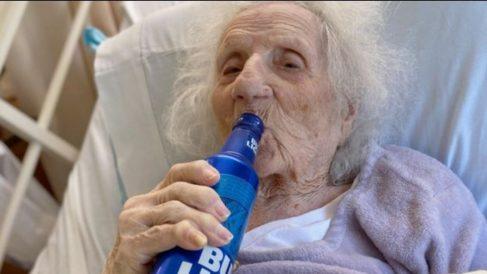 Twitter: Una mujer de 103 años supera el coronavirus y pide una cerveza para celebrarlo