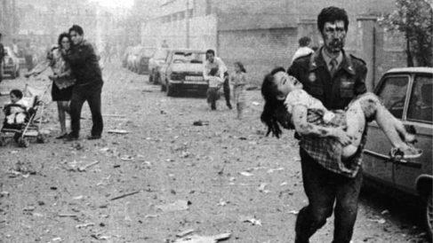 Imagen del ataque de ETA perpetrado en 1991 contra la casa cuartel de la Guardia Civil en Vich (Barcelona).